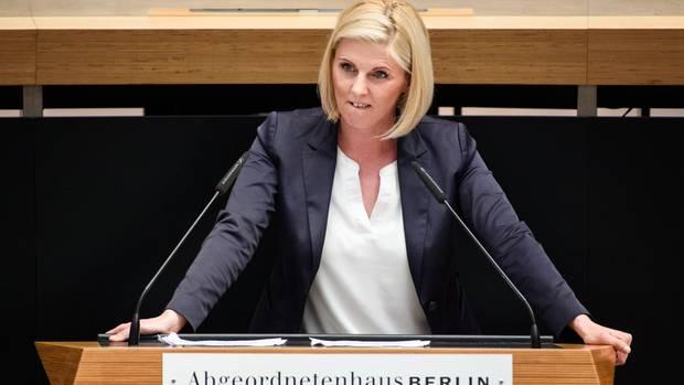 Jessica Bießmann bei einer RedeimBerliner Abgeordnetenhaus. Sie ist familienpolitische Sprecherin der AfD-Fraktion