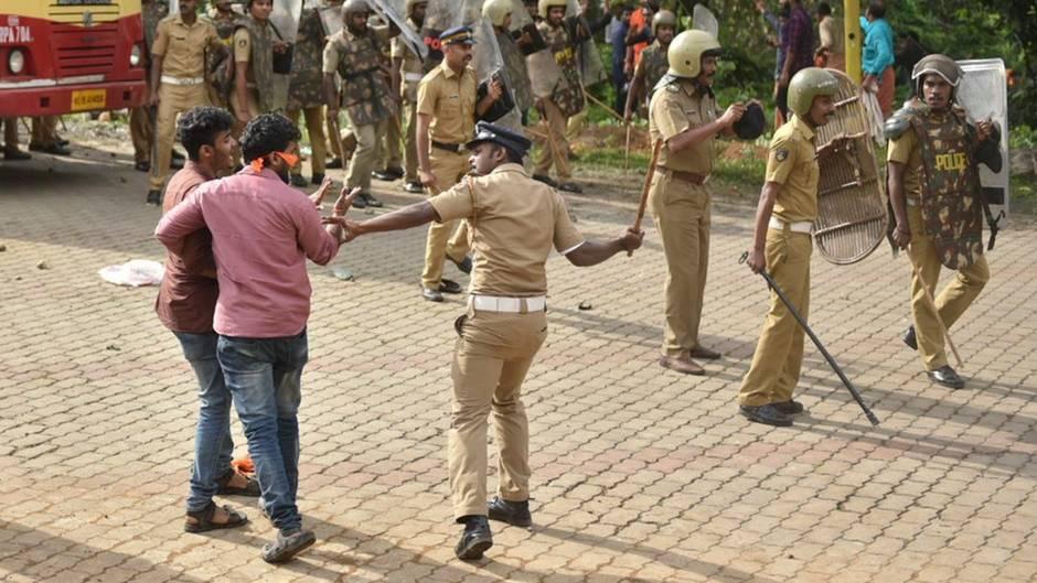 Ein Polizist setzt seinen Schlagstock, während eines Zusammenstoßes mit Demonstranten