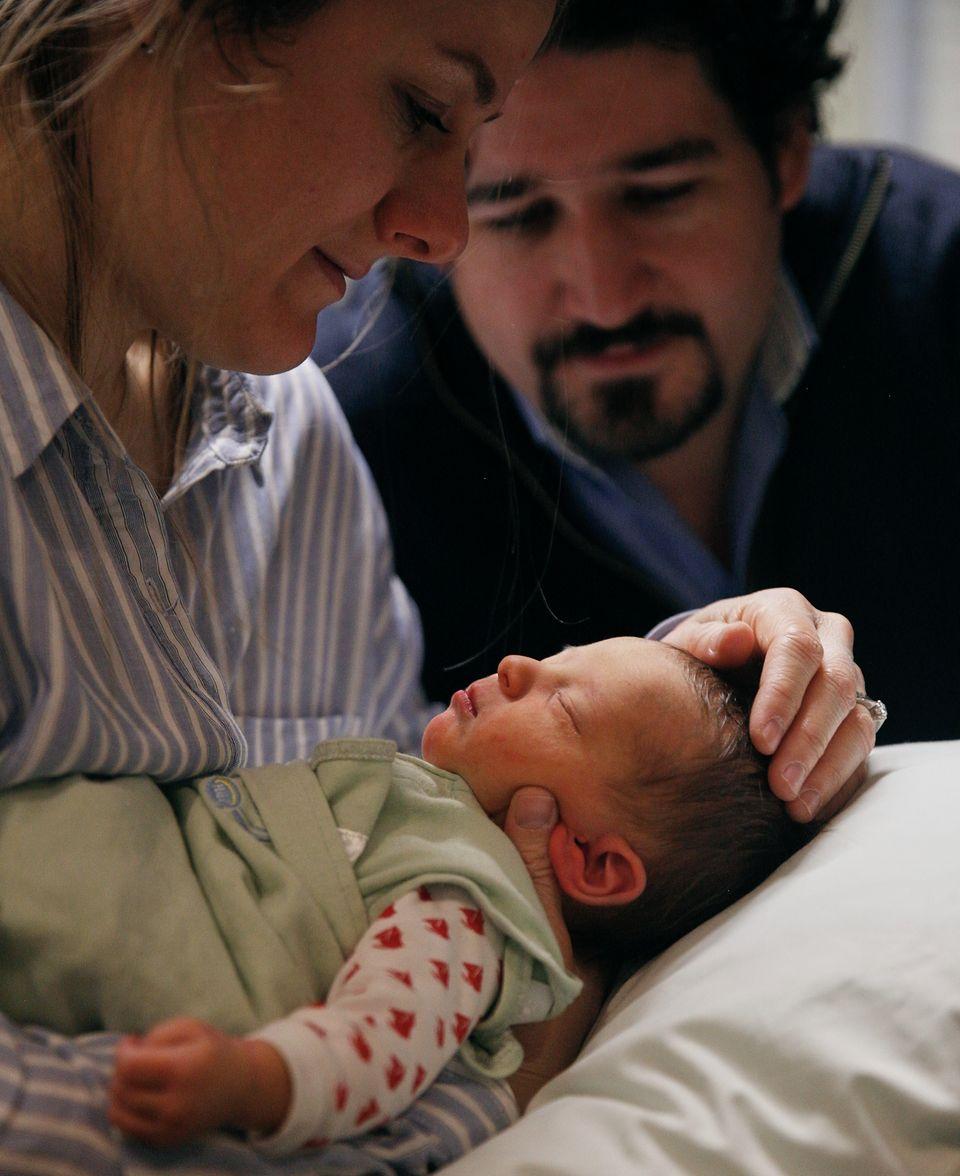 Die genetischen Eltern mit ihren Baby