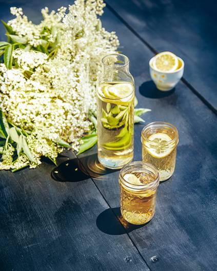 Dass es nicht immer Alkohol sein, zeigt dieser fruchtige Holunderblütensirup.      Ergibt ca. 2 Liter Sirup: 2 l Wasser, 40-50 große Holunderblüten, 700 g Bio-Zucker, 4 ganze Bio-Zitronen, in dünne Scheiben geschnitten      Holunderblüten kräftig schütteln, um Staub und Krabbeltiere loszuwerden, aber nie waschen, denn dadurch verlieren sie ihr Aroma. Wasser und Zucker in einen großen Topf geben und erhitzen, bis sich der Zucker aufgelöst hat. Holunderblüten und Zitronenscheiben in einen großen Behälter geben und das Zuckerwasser darübergießen. Abdecken und mindestens 12 Std. in der Küche stehen lassen. Durch ein Seihtuch abseihen und in Glasflaschen in den Kühlschrank stellen.