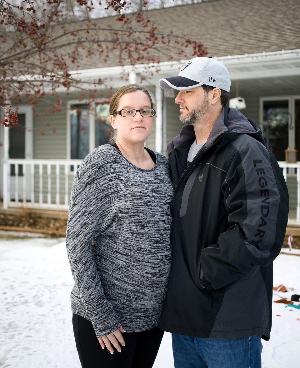 Beth und Trevor, die Leiheltern aus Winsconsin, vor ihrem Haus