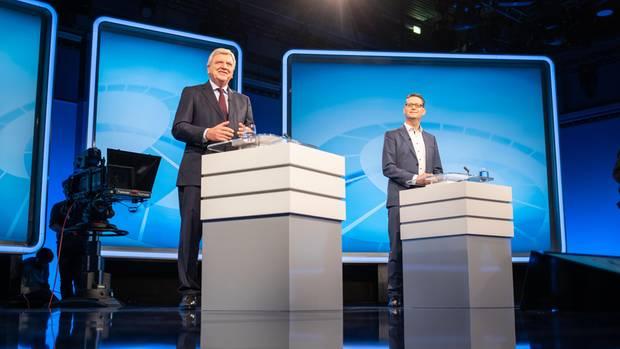 Volker Bouffier (CDU), hessischer Ministerpräsident (l.), und sein Herausforderer Thorsten Schäfer-Gümbel (SPD) stehen vor Beginn eines TV-Duells im Hessischen Rundfunk an ihren Pulten