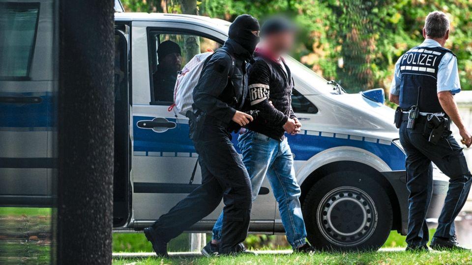 """Tom W. und seine Mitstreiter der rechtsextremen Gruppe """"Revolution Chemnitz"""" werdenin Karlsruhe dem Haftrichter vorgeführt"""