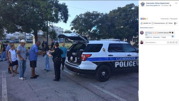 Polizisten verteilen Donuts an Obdachlose