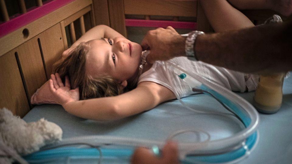 Nie ohne Beatmungsgerät: Die 5-jährige Eva hat eine seltene Krankheit