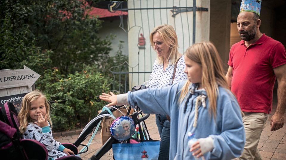 Die Eltern Landolf und Andrea mit Esther (r.) und Eva. Die Familie feiert Evas fünften Geburtstag im Zoo.