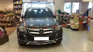 Nachrichten aus Deutschland: Mercedes landet im Supermarkt