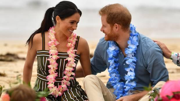 """Verliebte Blicke am Bondi Beach: Am vierten Tag ihrer Australienreise besuchten Meghan Markle und Prinz Harry den berühmtesten Strand Sydneys. Ganz unprätentiös ließensich die beiden auf Decken im Sand nieder und sprachen mit einer Gruppe von Surfern namens """"One Wave"""", die sich um Menschen mit psychischen Erkrankungen kümmert. Harry selbst hatin der Vergangenheit mehrfach öffentlich seine eigenen Probleme nach dem Tod seiner Mutter Diana thematisiert. Gemeinsam mit seinem Bruder, Prinz William, und dessen Frau Catherinerief er das Projekt""""Heads Together"""" ins Leben, das sich um Betroffene kümmert."""
