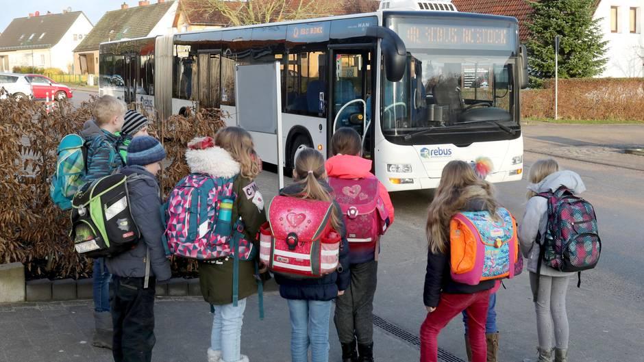 Schüler warten in Rostock auf den Bus