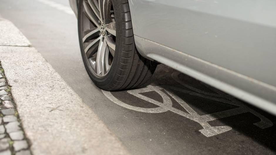 Ein Auto parkt auf dem Radweg