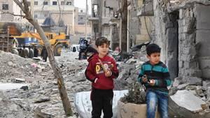 Alltag in Raqqa: Zwei Kinder spielen in den Ruinen ihrer Stadt