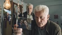Kriminalhauptkommissar Franz Leitmayr (Udo Wachtveitl) und sein Kollege Ivo Batic (Miroslav Nemec) sichten in Melanies Zimmer Fotos von der Verschwundenen.