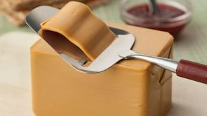 Braunkäse  Auf Norwegischheißt er Brunost und ist ein Molkenkäse, der aus Kuh-, Ziegen- oder Schafsmilch hergestellt wird (oder aus einer Mischung). Dazu wird die Molke eingekocht. Lang. Und genau das ist der Trick, warum der Käse diesen typischen süßlich-karamellartigen Geschmack bekommt - und auch die Farbe, die hell- bis dunkelbraun sein kann. Es entsteht ein fester Käse, der mit dem Käsehobel geschnitten wird. Am besten schmeckt er aufhellem Brot oder Knäckebrot. Dazu passt Marmelade.