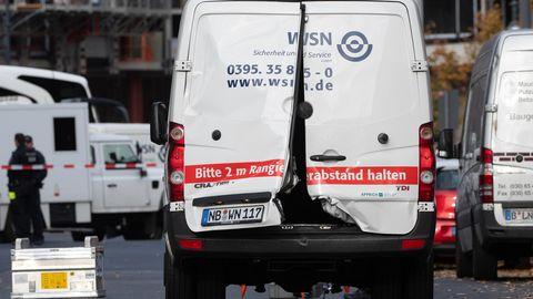 Mehrere Maskierte habenin der Nähe des Alexanderplatzes in Berlin einen Geldtransporter überfallen