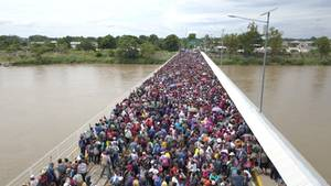 Tausende Migranten aus Honduras warten an der Grenze zwischen Guatemala und Mexiko