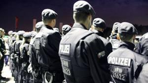 Polizisten warten auf ihren Einsatz bei der Großrazzia gegen Clan-Kriminalität in Marl
