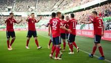Die Spieler des FC Bayern München jubeln nach dem 1:0 durch Robert Lewandowski