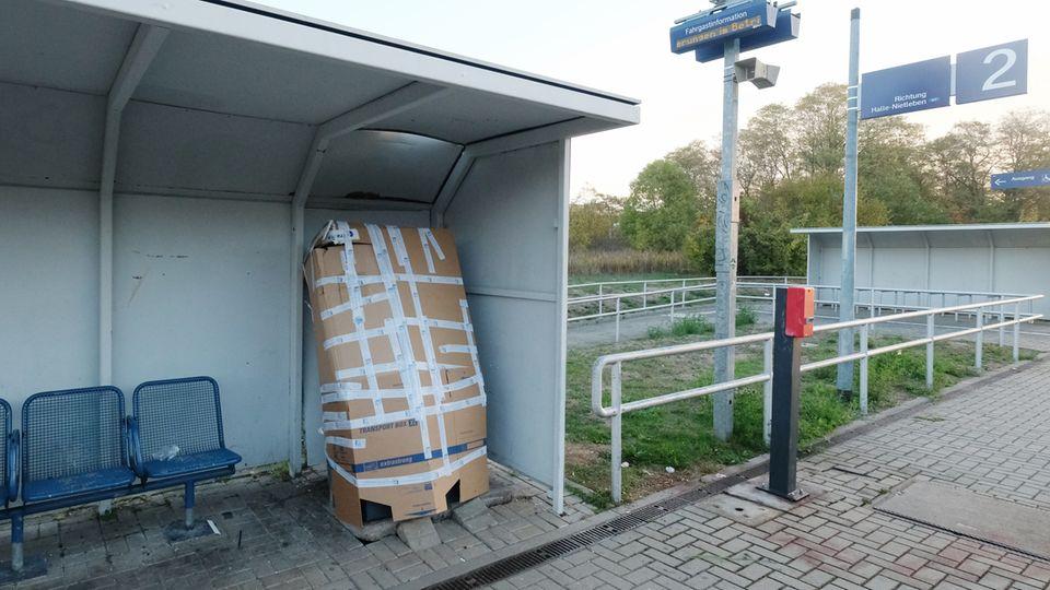 """Ein Fahrkartenautomat am S-Bahnhaltepunkt """"Südstadt"""" ist mit Pappe gesichert. Bei seiner Explosionist ein Mann ums Leben gekommen."""