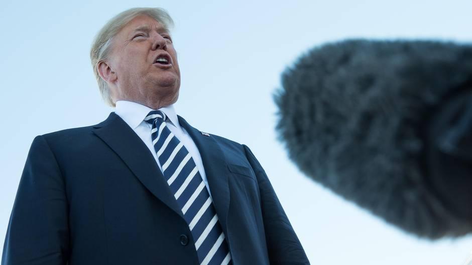 US-Präsident Donald Trump spricht in ein Mikrofon