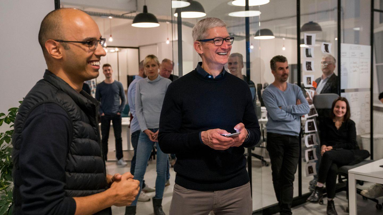 Tim Cook besuchte das Berliner Start-up Asana Rebel. Links im Bild: Einer der beiden Gründer, Robin Pratap.