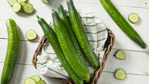Gurke  Gurken lagert man gern im Kühlschrank, sie werden bei Kälte jedoch schneller schlecht. Wie Salat sollte man Gurken in Küchenpapier oder in ein Stoffhandtuch wickeln und in einer Plastiktüte aufbewahren. Gern auch im Kühlschrank, dann aber nicht in der kühlsten Ecke.