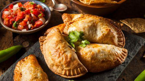 """Bild 1 von 16der Fotostrecke zum Klicken:Empanadas sind Teigtaschen, gefüllt mit Schwein, Rind oder Pute, dazu Käse, Bohnenmus und auch gewürfelten Kartoffeln. Die Taschen werden in heißem Fett gebacken. Und gegessen werden sie meist ohne Besteck - sondern als """"Snack to go""""."""