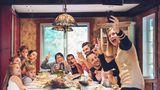 Wie Eltern gerecht vererben können  Wenn mehrere Geschwister gemeinsam ein Haus erben, ist der Zwist oft schon vorprogrammiert. Das Elternhaus verkaufen und den Erlös durch drei teilen, wäre das Beste. Was aber, wenn ein Erbe das Haus in der Familie halten möchte, der andere selbst darin wohnen will und der Dritte auf einen Verkauf drängt? In der Nähe von Scharbeutz (Schleswig-Holstein) steht eine Villa direkt am Ostseestrand seit 25 Jahren leer und verfällt, weil sich auch die Erbengemeinschaft der zweiten Generation nicht einigen kann. Eine Einigung ist jedoch notwendig, damit eine Erbengemeinschaft handlungsfähig wird. In solchen Fällen hilft ein Mediator oder ein Fachanwalt. Um Streit zu vermeiden, können Sie als Erblasser zeitig einen Testamentsvollstrecker einsetzen, Vermächtnisse bestimmen oder eine Teilungsanordnung treffen. Zum Testamentsvollstrecker können Sie jeden Menschen Ihres Vertrauens machen. Dieser setzt dann Ihre Wünsche durch – notfalls auch gegen die Interessen der Erben. Mit einem Vermächtnis oder einer Teilungsanordnung legen Sie genau fest, wer was aus Ihrem Nachlass erhält. Damit können Sie Streit zwischen den Erben vermeiden.