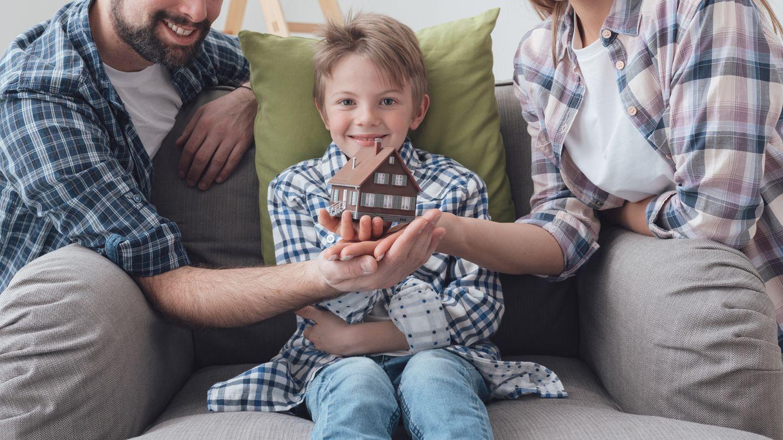 Das Haus an die Kinder überschreiben - So umgehen Sie Fallstricke  Wohl fast jeder kennt Geschichten, in denen Kinder vorzeitig das Erbe ihrer Eltern durchgebracht haben und diese dann im Alter auf Sozialhilfe angewiesen sind. Manch einer will seinen Kindern gern unter die Arme greifen und seine Immobilien zu Lebzeiten an den Nachwuchs überschreiben. Dann muss er einen sogenannten Übertragungsvertrag aufsetzen. Anders bei einer Schenkung kann die Übertragung eines Hauses an bestimmte Bedingungen geknüpft sein. Der Schenker sichert sich auf diese Weise ab, verlangt z.B. Hilfe im Pflegefall oder er räumt sich ein lebenslanges Wohnrecht ein. Vermieten darf er das Haus dann aber nicht, außer der Notarvertrag sieht dies ausdrücklich vor. Darin sollte klar geregelt werden, an welchen Räumen das Wohnrecht besteht, wer welche Kosten trägt und ob der Begünstigte nur mit seiner Familie dort wohnen oder die Räume auch anderen Personen überlassen darf.  Der Vertrag, mit dem Sie das Haus an das Kind überschreiben, muss notariell beurkundet werden. Es erfolgt eine Eintragung des neuen Eigentümers ins Grundbuch. Bei einer Eigentumsübertragung von Immobilien wird die Grundsteuer fällig.  Verheiratete dürfen das Haus dem Partner zum Nulltarif überschreiben (abgesehen von Notarkosten), sogar wenn dieses mehr als 500.000 Euro wert ist. Wenn Sie ein Haus besitzen, ist es gut, sich schon frühzeitig Gedanken darüber zu machen, wem Sie das Haus überlassen wollen. Steuerliche Vorteile bietet Ihnen die Hausüberschreibung schon zu Lebzeiten. Auch Streit unter den Erben können Sie so vermeiden. Da das Überschreiben eines Hauses aber auch einige juristische Fallen mit sich bringt, ist es sinnvoll, einen Anwalt zu Rate zu ziehen.