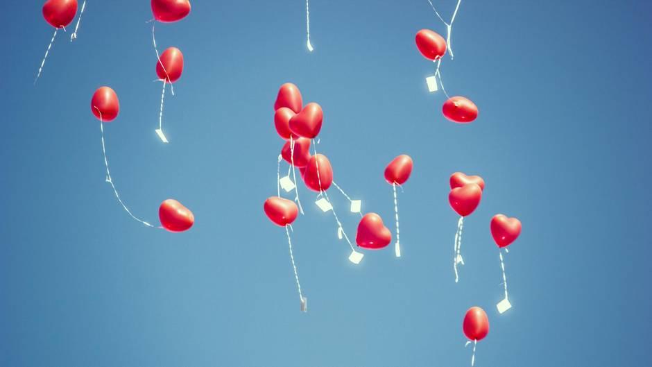 Herzluftballons steigen in den Himmel