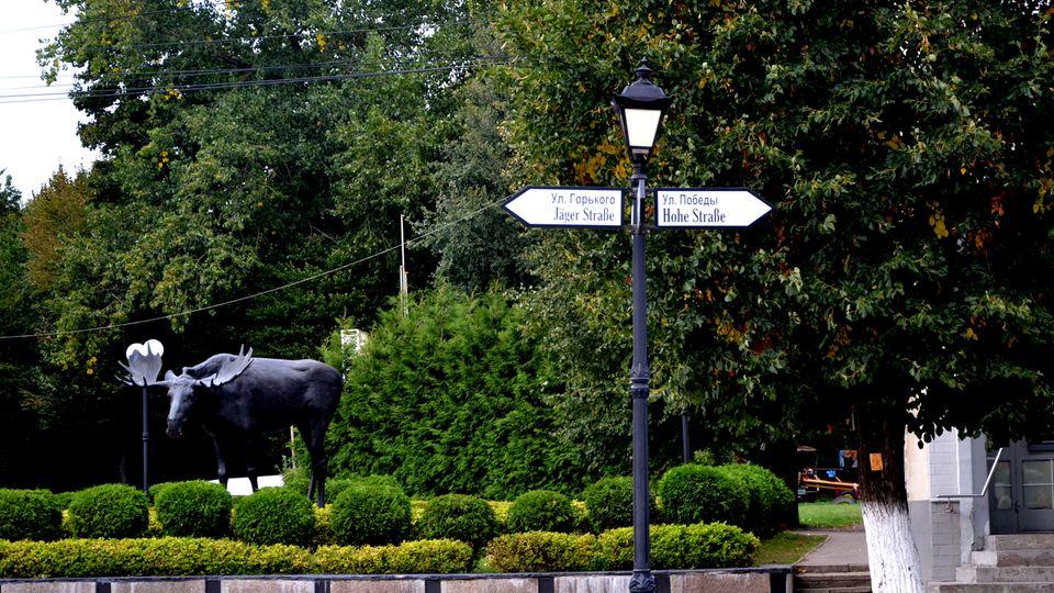 Zweisprachig: ein Straßenschild im Zentrum von Tilsit