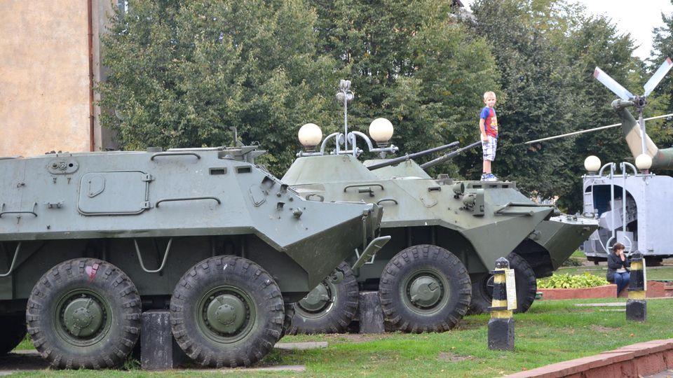 Kinder spielen auf den Panzern, die vor dem Militärmuseum stehen.