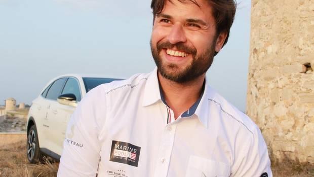 Klassisch maritim: Miloš Vuković trägt das Segel-Outfit von Marinepool