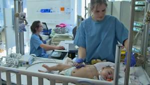 Krankenschwestern am Limit. In der Kinderintensivstation der MH Hannover sind ausreichend Ärzte, Betten und medizinische Geräte vorhanden, doch es mangelt an geschultem Pflegepersonal. Die Folgen sind verheerend.