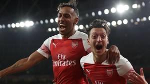Wann hat man Mesut Özil zuletzt so entfesselt gesehen? Zusammen mit dem früheren Dortmund TorjägerPierre-Emerick Aubameyang feiert der Ex-Nationalspieler ein Zaubertor des FC Arsenal.