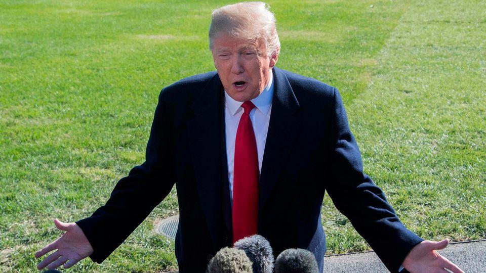 US-Präsident Donald Trump spricht am Montag auf dem Rasen des Weißen Hauses mit Journalisten