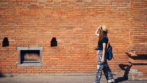 Touristen vor Mauer in Thailand