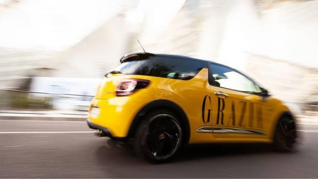 Der GRAZIA-gelbe DS 3 ist das perfekte Auto im dichten Pariser Stadtverkehr