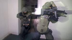 Da es Hinweise auf eine Bewaffnung von Verdächtigen gab, waren Spezialeinsatzkommandos am Einsatz beteiligt