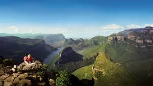 Blyde River Canyon Nature Reserve  Der Blyde River Canyon ist eine 26 Kilometer lange Schlucht und an einigen Stellen bis zu 800 Meter tief. Genießen Sie von einer Brücke aus den Blick in Bourke's Luck, wo sich das Wasser über Millionen Jahre in zylindrischen Löchern durch den Felsen gegraben hat. Ein Postkartenmotiv sind die Three Rondavels - eine Felsformation, die aussieht wie drei afrikanische Rundhütten. Für Wanderer gibt es verschiedene Trails zwischen 25 und 65 Kilometern Länge.