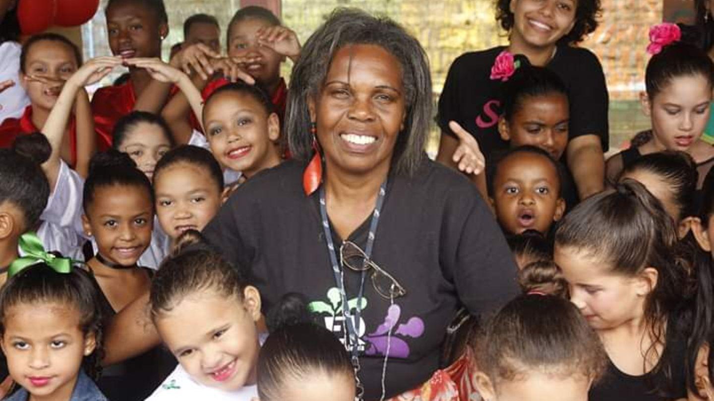 """Dona Elma umringt von """"ihren"""" Kindern"""