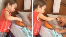 Junge füttert Oma