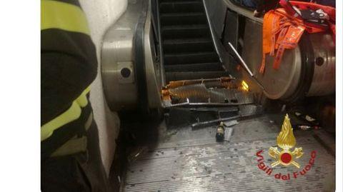 Auf Twitter zeigt die Feuerwehr von Rom Bilder der zerstörten Rolltreppe