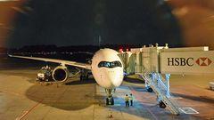 """Am Changi Airport in Singapur: Der Airbus A350-900 ULR parkt am Gate. Die Abkürzung ULR steht für """"Ultra Long Range""""."""
