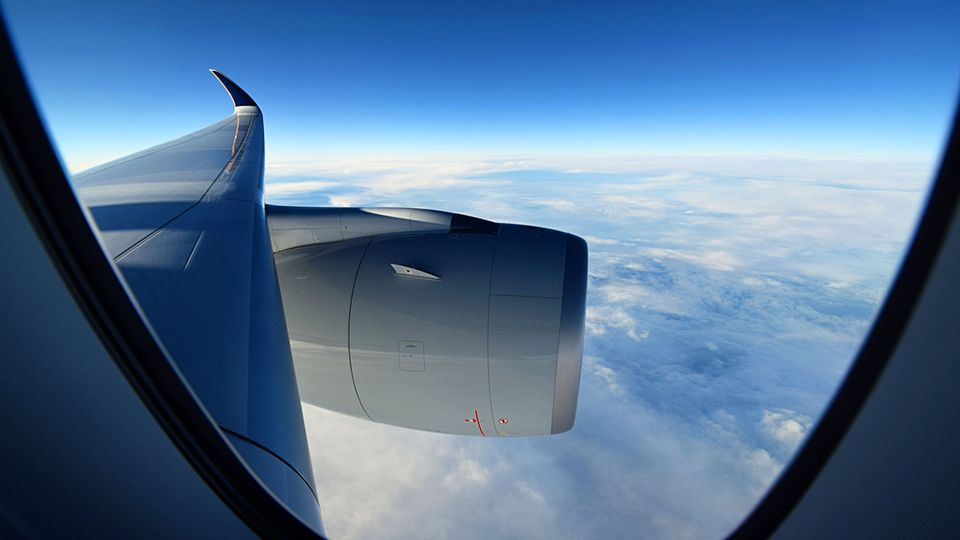 Nach mehr als sechs Stunden Flugzeit wird es draußen hell. Bis zu 165.000 Liter Kerosin fassen die Tanks der zweimotorigen Maschine. Das verschafft dem Airbus A350 eine Reichweite von bis zu 18.000 Kilometern.