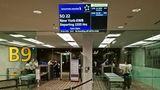 Vor der Sicherheitskontrolle am Gate B9: Nach Plan soll der Flug SQ22 kurz vor Mitternacht zum Start rollen und nach 18 Stunden und 45 Minuten am Morgen des nächsten Tages am Flughafen New York Newark gegen 6 Uhr landen.