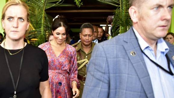 Besuch auf Fidschi-Inseln: Zu viele Fans: Bodyguards bringen Meghan in Sicherheit