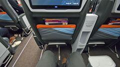 Genügend Beinfreiheit auf einem der94 Plätze in der Premium Economy Class. In der Business Class gibt es 67 Sessel, die sich in flache Betten verwandeln lassen.