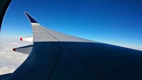 Wir durchfliegen den neuen Tag mit nur sechs Stunden Tageslicht. Über Anchorage in Alaska wird es wieder dunkel. Der Nachtflug setzt sich bis New York fort. In der Kabine sind alle Jalousien stets geschlossen, weil die meisten Passagiere schlafen oder einen Film nach dem anderen schauen.