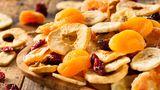 Trockenfrüchte  Rosinen, getrocknete Aprikosen oder Apfelringe klingen nach dem perfekten gesunden Snack. Aber Vorsicht: Nur weil die Früchte getrocknet sind, sind sie dennoch voll mit konzentriertem Fruchtzucker. Hinzukommt, dass manche Hersteller die Trockenfrüchte zusätzlich mit Zucker anreichern.