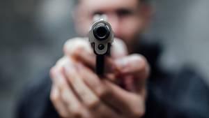 Mann mit einer Pistole